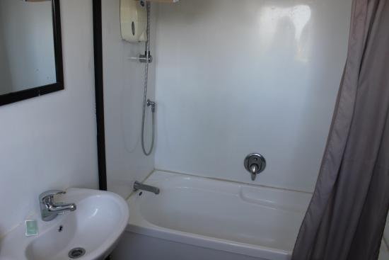 MicroTel : Banheiro espaçoso, tinha um banco para se colocar as coisas no banheiro