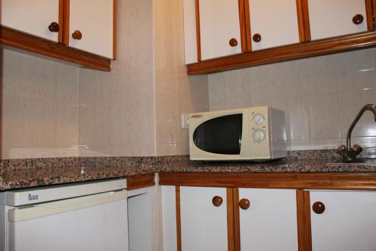 Apartamentos Centrocancajos: Kitchen with microwave, hobs and oven