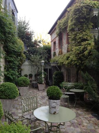 La Maison de Lucie : Tucked away courtyard.