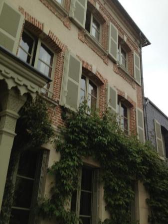 La Maison de Lucie: Ivy covered walls - a postcard perfect hotel.
