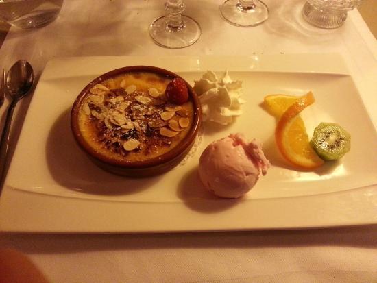 La Cour du Louvre : Plat : Crème brûlée à la vanille accompagnée de sa boule de glace à la rose