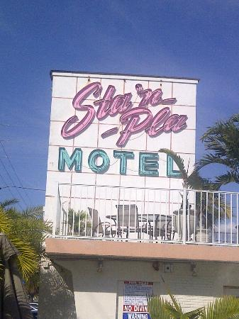 Sta'n Pla Motel: Motel Sign