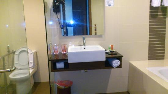 Grand Borneo Hotel: bathroom