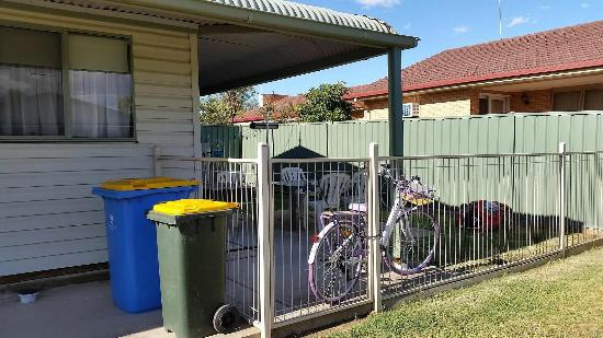 Yarrawonga Coghill Cottages: back yard for the dogs