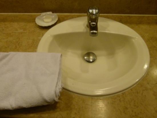 Barcelo San Jose: Frayed towels