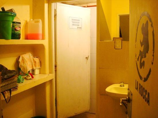 La Rocca Hostel: baño