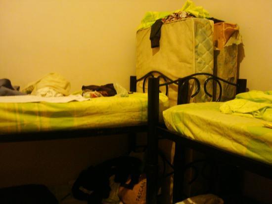 La Rocca Hostel: Colchones rotos en el dormitorio