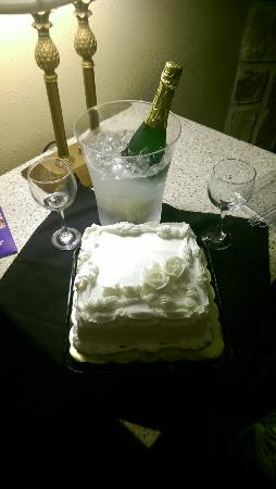 Willow Brook Lodge: Cake and Sparkling Cider