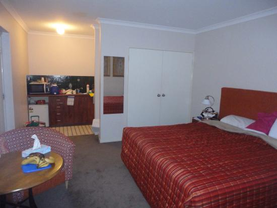 Margaret River Holiday Suites: Bad choice, smelly blankets and sheets and miserable kitchen equipment!