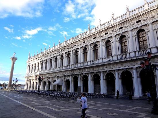 Biblioteca Nazionale Marciana : Фасад библиотеки с Gran Caffe Chioggia