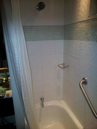 Outrigger Fiji Beach Resort: Terrible bath / shower.