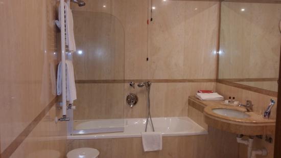 Vasca Da Bagno Rosa : Il bagno in marmo rosa con vasca picture of kette hotel venice