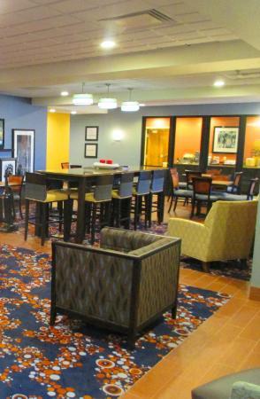 Hampton Inn Utica: Dining Room & Lounge