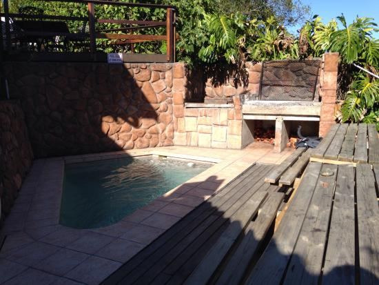 Island Vibe Knysna: Braai area and pool for chilling