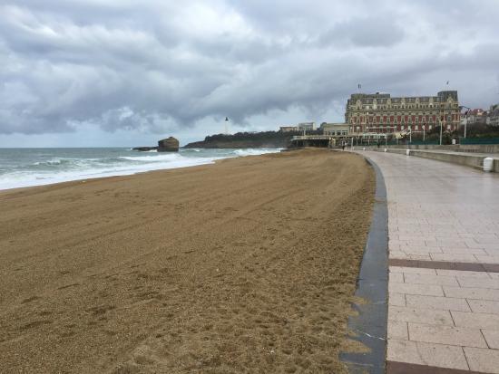 Le Windsor Grande Plage Biarritz : La plage a quelques pas de l hotel...