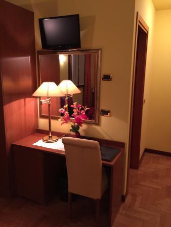 Antico Moro Hotel: Scrivania e tv
