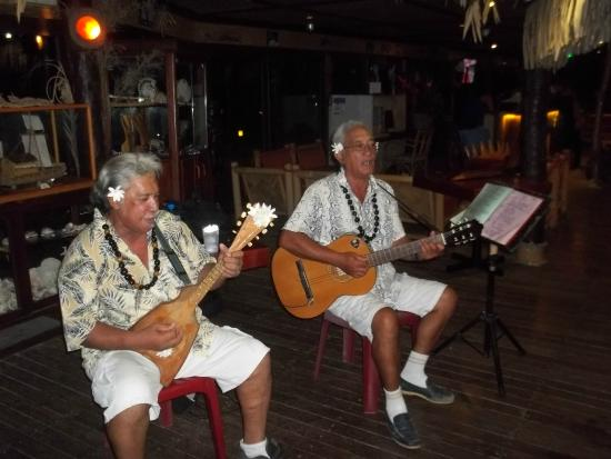 Hotel Kaveka Restaurant: The two gentlemen that performed for our entertainment.