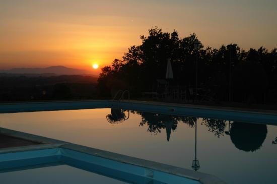 Tenuta Moriano: piscina al tramonto