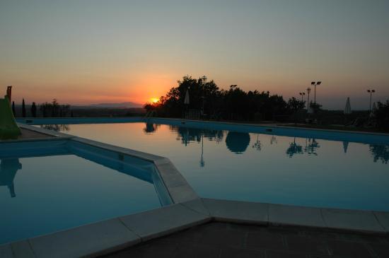 Tenuta Moriano : piscina al tramonto