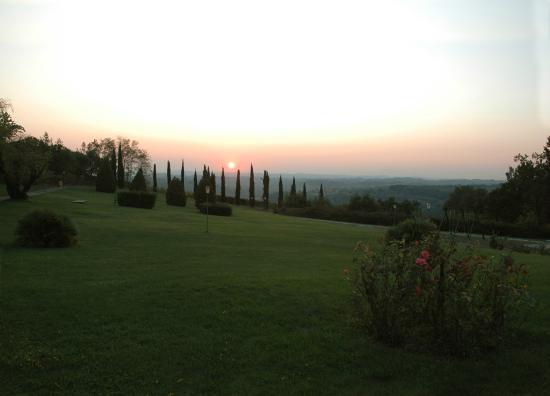 Montespertoli, Włochy: giardino al tramonto