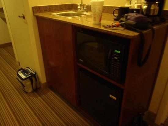 Country Inn & Suites By Carlson, Atlanta Northwest at SunTrust Park: Wet Bar Area with Fridge & Microwave