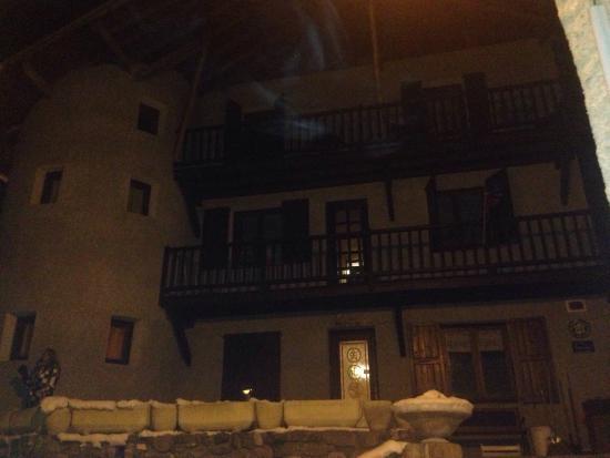 L 39 entr e vue de nuit picture of la maison de josephine - L entree de la maison ...