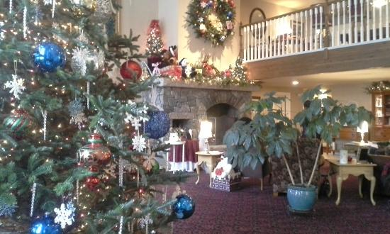 Snowflake Inn : Lobby decked out for the holidays