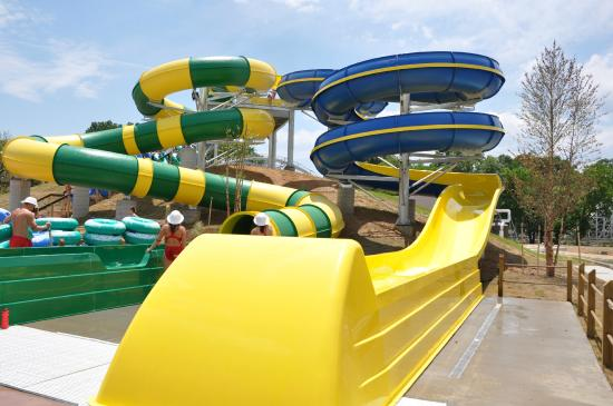 Rossville, Georgien: Twist-N-Shout & the Zoom Flume at SOAKya
