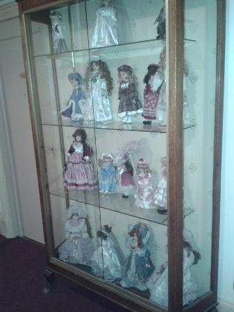 Hotel De l'Aigle d'Or : La collection de poupées dans le couloir du premier étage.