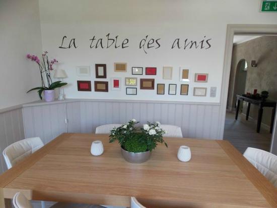 la table des amis picture of la maison rouge martelange tripadvisor. Black Bedroom Furniture Sets. Home Design Ideas
