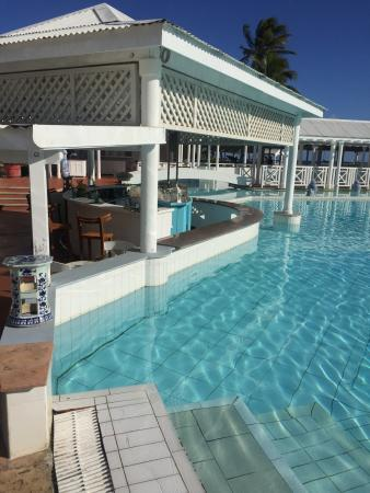 bar sur piscine photo de la cocoteraie saint fran ois tripadvisor. Black Bedroom Furniture Sets. Home Design Ideas