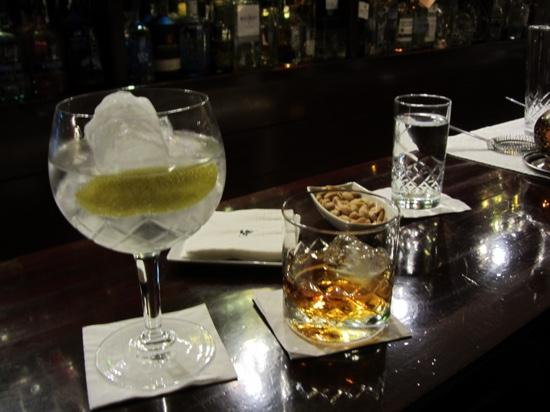 Tandem Cocktail Bar: perfect gin and tonic and a large bourbon