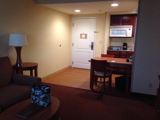 Homewood Suites Dulles - North / Loudoun: Generous space plus a kitchenette