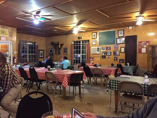 Leatha's Bar-B-Que Inn: Inside restaurant