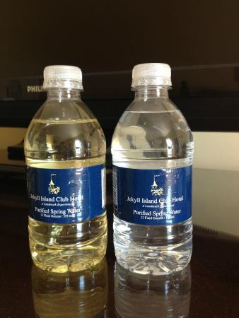 Jekyll Island Club Hotel: Replaced water (wine). See the difference?