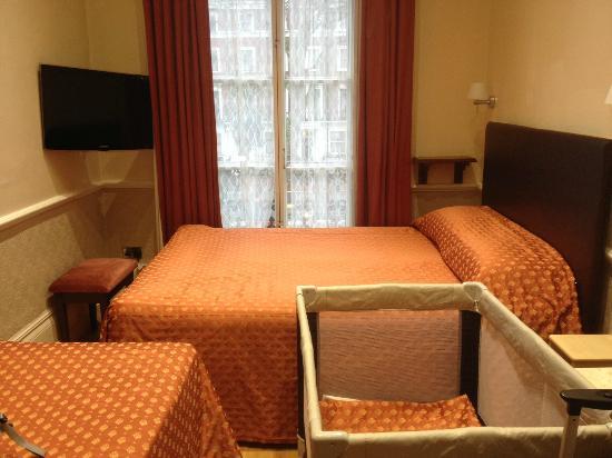 Rhodes Hotel: Habitación triple + cuna