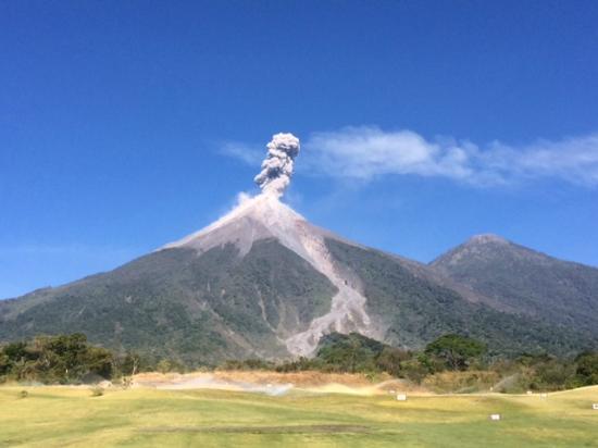 La Reunion Golf Resort & Residences: Vista del Volcán de Fuego (desde el driving range)