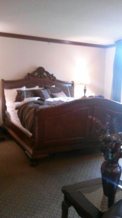 BEST WESTERN Granbury Inn & Suites: King size bed presidential  suite