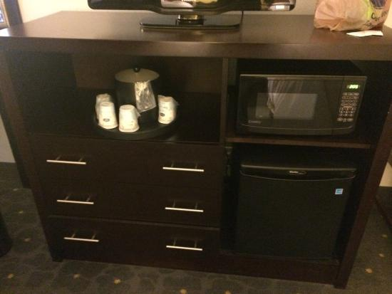 Hampton Inn & Suites Raleigh Downtown: tv with microwave & refrig.
