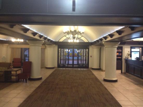 Embassy Suites by Hilton Tulsa - I-44: Entrance way
