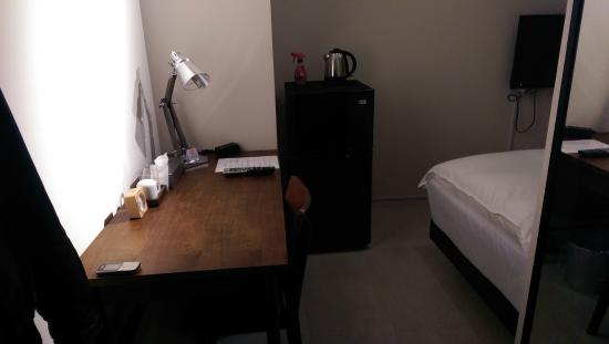 Hotel Graphy Nezu : Small Room - desk and refrigerator