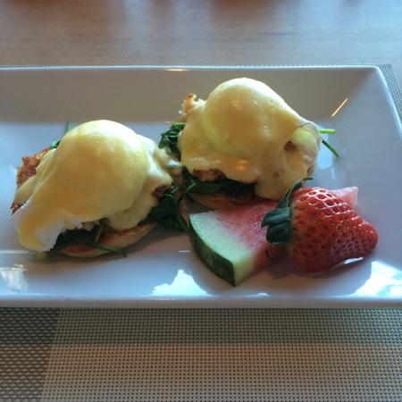 Blue Crab Seafood House: Eggs Benedict on Crab Cakes - Delicious!