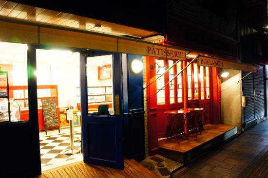 Boule Beurre Boulangerie: パリのカフェをイメージした店舗です。