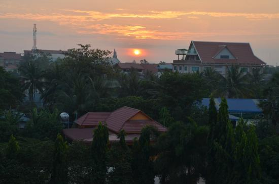 Lucky Angkor Hotel: sunrise of windowview