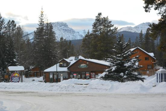 Castle Mountain Chalets: Reception Gas station and General store