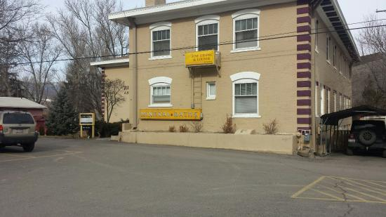 Riverside Hot Springs Inn: Great parking area