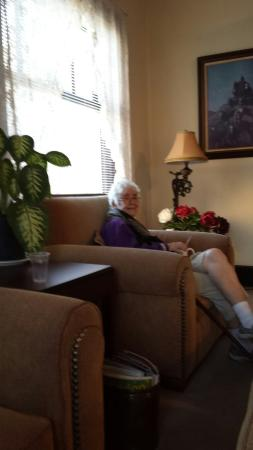 Riverside Hot Springs Inn: My 82 year old mother enjoying the lounge area