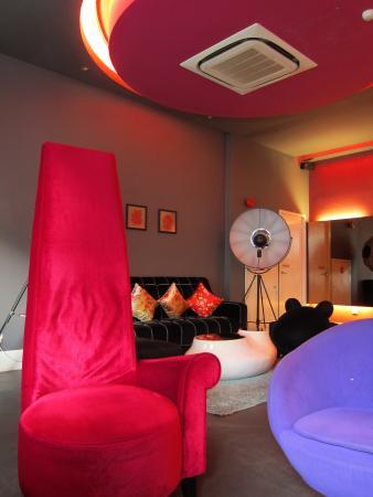 J Hotel: 色彩鮮豔的大廳