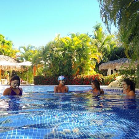 Piscina con las chicas picture of azul ocean club hotel for Piscinas estructurales chicas