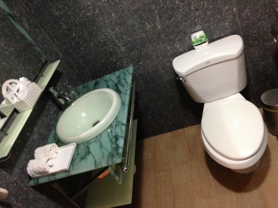 Chau Pho Hotel: Bathroom
